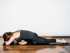 お尻の筋肉をほぐすポーズを行います。凝り固まった筋肉や滞ったものを流していきましょう。 左足のヒザを内側に曲げながら、図のように前に出します。 後ろ足となる右足は外側に開いていかないよう、お尻から右つま先まで真っすぐ伸ばすよう意識します。 息を吐きながら上体を倒して、右側の股関節を伸ばし、左のお尻の筋肉がほぐれるようイメージをしましょう。 4回ほど呼吸をし、反対も同様に行います。
