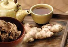 黑糖薑茶舒經痛 挑料煮法有學問!緩解經痛方法再加碼:熱敷+按摩 一般來說,黑糖生薑茶是以黑糖2、生薑1的比例加水熬煮。不過,在中醫理論中,嫩薑具有解表發汗作用,可促進身體代謝,較適合用來預防和緩解感冒;老薑的作用則是為體質打底,較適合用來改善體質寒、底子冷的經痛、手腳冰冷等不適。中醫師強調,若不確定自己要喝哪種薑茶,可與醫師討論,甚至可搭配中藥食用,提升緩解經痛的效果。 除了選料老薑之外,周宗翰中醫師建議烹煮可採「火上熬煮法」,水滾後加入黑糖和洗凈拍破的老薑,轉小火續煮至黑糖溶化,約2分鐘即可。另可用「保溫壺燜焗法」,在保溫壺或燜燒鍋中,放入足量沸水、老薑切片1片和黑糖,攪勻後蓋蓋燜上1個小時。需注意的是,老薑用量不宜過多,茶感稍辣即可;薑不宜熬煮過久,以免成分中可促進血液循環的薑醇揮發散失,減弱溫宮的效果。