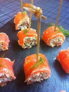 Rollitos de salmón ahumado con queso crema y aceitunas Appetizers For Party, Appetizer Recipes, Tasty, Yummy Food, Cooking Recipes, Healthy Recipes, Appetisers, Salmon Recipes, Food Plating
