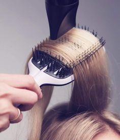 La ricetta per un liscio perfetto: Tangle Teezer Half-Pad blow-Styling! • Una tecnologia super innovativa • piega ultra veloce, senza stressare gli steli • perfetta tensione per lisciare e levigare i capelli, dalla radice alle punte • le punte dei denti si adeguano allo stile di asciugatura durante l'uso. • non c'è bisogno di avvicinare il phon ai capelli per aumentare la tensione • non serve aumentare la temperatura del phon oltre al livello medio • per un risultato professionale. Sempre.