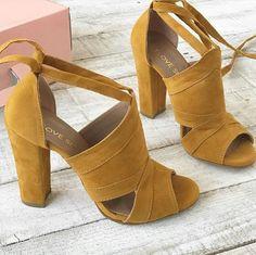 Shoes Autumn Pretty Shoes, Beautiful Shoes, Cute Shoes, Me Too Shoes, Beautiful Legs, Dream Shoes, Crazy Shoes, Shoe Closet, Floral Shirt Outfit