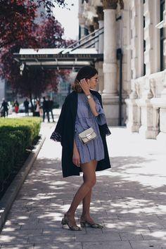 Sommermode 2017: blaues Minikleid und Furla Metropolis