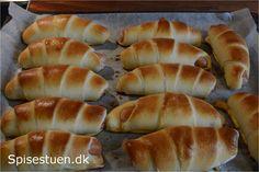 Bløde pølsehorn uden fuldkornsmel ;-)– både i den traditionelle udformning og en lidt anderledes slags :-) Et hyggeligt indslag i madpakken eller på frokostbordet :-) Hvis du gerne vil have … Cinnamon Rolls, Hot Dog Buns, Brunch, Food And Drink, Snacks, Bread, Desserts, Recipes, Wraps