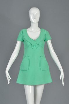 Unbelievable vintage haute couture mini dress from Andre Courrèges, c. Swooping neckline + plunging back with button tab. Mod Fashion, 1960s Fashion, Vintage Fashion, Fashion Bags, Fashion 2017, Robes Vintage, Vintage Dresses, Vintage Outfits, Winter Dresses