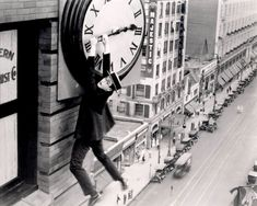 Harold Lloyd in Safety Last. One of my first theatre and film mentors, Doc. Don McCaffrey, first introduced me to the silent film commedians. He was particularly fond of the work by Harold Lloyd. This shot is specially iconic. Harold Lloyd, Elvis Presley, Silent Film Stars, Movie Stars, Sasha Baron Cohen, Beatles, Buster Keaton, Silent Comedy, Comedy Film