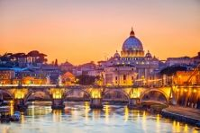Michele is sharing her top travel tips and travel hacks for Rome. She's shared lots of simple insider travel tips to make your trip to Rome easier. These Rome travel tips will save you time and money and make your trip to Rome as hassle free as possible! Vatican Rome, Rome Travel, Italy Travel, Hotel Rome, Rome Hotels, Tipping In Italy, St Peters Cathedral, Voyage Rome, Rome Antique