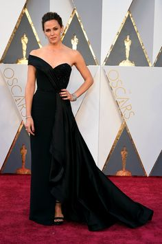 Jennifer Garner hit the Oscars red carpet in a stunning all black Versace gown and Rene Caovilla shoes.
