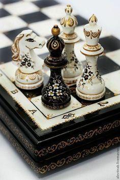 Купить или заказать Оригинальный подарок шахматы большие Чёрная королева в интернет-магазине на Ярмарке Мастеров. Красивые шахматы оригинальный подарок для Ваших родных, близких, и коллег. Шахматные фигуры и коробка расписаны вручную. Шахматы покрыты лаком в три слоя. Изготовлены из бука в Ставропольском крае. Шахматные фигуры и коробка массивные, крупные, но и изящные. К своей работе отношусь трепетно и с любовью, каждый комплект расписываю как первый и последний.