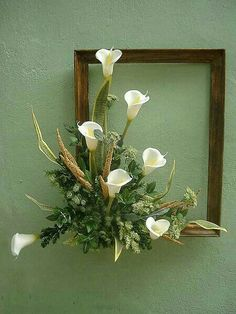 White Calla Lilies in frame. Picture Frame Wreath, Picture Frame Crafts, Picture Frames, Marco Diy, Deco Floral, Silk Flower Arrangements, Christmas Arrangements, Flower Wall, Calla Lilies