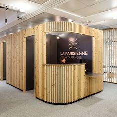 Découvrez comment décorer et aménager des cloisons séparatrices dans un intérieur à l'aide de lames de bois.Technique utilisée pour la décoration de bureaux