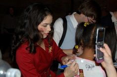Arielle Jacobs signing autographs