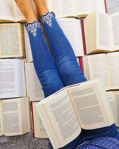 Imádok olvasni és ez mindig is így volt. Nem tudom elképzelni az életemet olvasás nélkül, és már nem is szeretném. 7 évesen tanultam meg olvasni és azóta szó szerint falom a könyveket. Kezdetben csak betűket tanultam meg olvasni az iskolában, később már tankönyvi feladatokat és történeteket, míg később meséket és novellákat, utána jöttek a regények és szakkönyvek. Volt úgy hogy könyvtárban olvastam, volt úgy hogy éjszakákat fennmaradtam és a paplan...