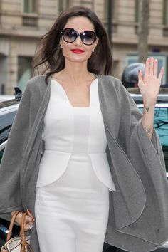 The Best Sunglasses for Your Face Shape - Summer Sunglasses Guide Angelina Jolie, Square Face Sunglasses, Natural Eyeliner, Summer Sunglasses, Square Faces, Lady And Gentlemen, Face Shapes, Cool Style, Celebrity Style