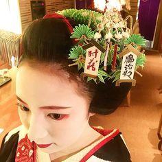 Instagram media pyo_nnn_ky - 花街のかんざしが12月の今時分だけ顔見世興行の『まねき』になっていて、かんざしの『まねき』に御贔屓の役者さんの名前を書いてもらいます。 これも見ると年末だなと思いますね☻ #まねき#顔見世 #かんざし #宮川町 #ふく苗 #芸舞妓 #geiko #maiko
