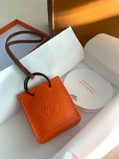 and even smaller shopping bags! See the new Hermès bag charm: a miniature orange Hermès shopping bag. Hermes Wallet, Hermes Bags, Hermes Kelly Bag, Hermes Bracelet, Hermes Orange, Accessorize Bags, Tote Purse, Bag Accessories, Shopping Bag