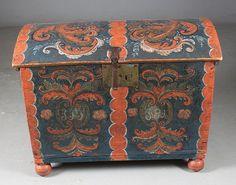 Liten rosemalt kiste med blå bunnfarge, eierinitialer og dat. 1801. Dekorert også innv. i lokket, L: 80 cm. Sekundær fot og låsbeslag. Prisantydning: ( 6000 - 7000)