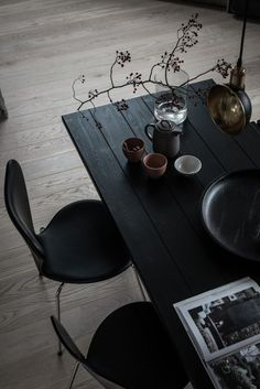 Beautiful black wooden plank dining table and black dining chairs Black Dining Chairs, Dining Room Chairs, Dinning Table, Round Dining, Lounge Chairs, Dining Rooms, Dining Room Design, Interior Design Kitchen, Farmhouse Interior