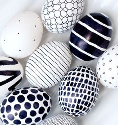 Easter just got a little more mod! A black Sharpie is the only tool you need to create these eggs in whatever bold graphic you like. - DIY - OSTERN Eier färben und bemalen - Home Renovation Easter Crafts, Kids Crafts, Craft Projects, Egg Crafts, Hoppy Easter, Easter Eggs, Easter Art, Easter Decor, Easter Bunny