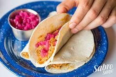 TACOS DE COCHINITA PIBIL -Mty- El adobo en axiote es diferente al típico adobo de chiles rojos que se acostumbra en el norte del país. Es necesario acompañar el taco con cebolla morada encurtida con limón y chile habanero, para contrarrestar el dulce y especiado sabor del adobo. INGREDIENTES • Tortilla de maíz • Cochinita pibil • Cebolla morada con chile habanero