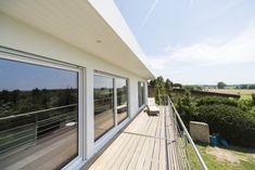 Bauhaus-Bungalow mit Flachdach. #HAACKEHAUS #bauhaus #modern #balkon Bauhaus, Haacke Haus, Bungalow, Deck, Windows, Outdoor Decor, Modern, Home Decor, Flat Roof