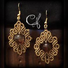 #orecchini con #perla #agata lavorati con tecnica #micromacrame in color #oro con #perline in vetro dorate