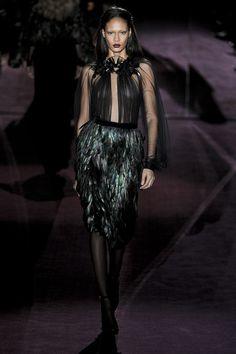 GUCCI automne 2012 deux pièces robe de Cocktail avec Decolletage profonde, voir à travers les longues manches Organza haut et embelli l'encolure et les plumes du genou longueur jupe....!!!