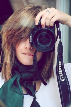 photographer shooting with a Canon camera Messy Hairstyles, Pretty Hairstyles, Bangs Hairstyle, Short Hair Styles, Girl Photography, Camera Photography, Photography Classes, Landscape Photography, Photos Célèbres