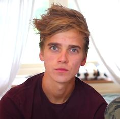 JOE FRIGGIN SUGG CAN ACTUALLY SING NOT BADLY! Sugg Life, Zoe Sugg, Adam's Apple, British Youtubers, British Things, Tyler Oakley, Zoella, Hollywood, Cute Boys