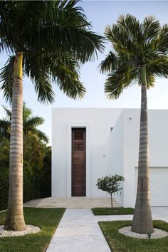 Looking for some modern home design ideas? Biscayne Bay Residence will show you how to combine modern design with minimalism and stunning location, all placed on a small property lot. Design Exterior, Modern Exterior, Door Design, Exterior Homes, Exterior Colors, Exterior Paint, Architecture Durable, Architecture Design, Contemporary Architecture