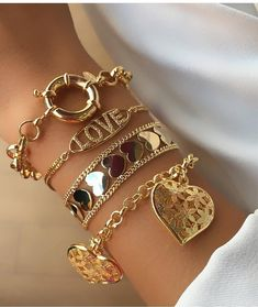 Layering golden necklaces and bracelets Cute Jewelry, Jewelry Bracelets, Jewelry Accessories, Women Jewelry, Jewlery, Gold Fashion, Fashion Jewelry, Golden Necklace, Necklace Types