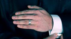 pria juga ternyata memiliki aksesoris dan fashionnya, salah satunya adalah cincin, model cincin pria berikut ini adalah beberapa yang sering dikenakan