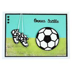Jalkapalloaiheinen kortti on valmistettu ääriviivatarrojen avulla. Kiinnitä ääriviivatarrat valkoiselle kartongille, leikkaa irti ja kiinnitä korttiin kohotarrapalojen avulla. Guy, Soccer, China, Cards, Futbol, European Football, European Soccer, Maps, Football