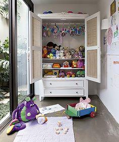 O armário guarda os brinquedos e facilita a organização do ambiente (Foto: Lufe Gomes/ Editora Globo)