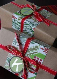 Una manera de usar trozos de papel que son demasiado pequeños para envolver pero perfectos para decorar. Añade un lazo y una inicial o etiqueta para crear el envoltorio perfecto. #regalosbonitos #papelkraft: