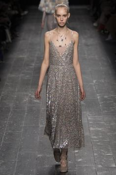 Valentino Fall 2016 Ready-to-Wear Fashion Show - Jessie Bloemendaal