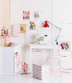 Koristele työtila ristopistoruusuin. Decorate working place with cross stitching roses. | Unelmien Talo&Koti Kuva: Satu Nyström Toimittaja: Anette Nässling