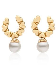 Curated by Colin Cowie, these gorgeous Garrard clip earrings feature two 11.5mm cultured pearls suspended from 18k yellow gold heart detailed settings.