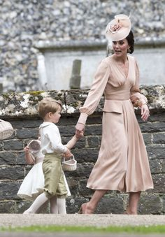 Kate Middleton Photos - Catherine, Duchess of Cambridge speaks to Princess Charlotte after the wedding of Pippa Middleton and James Matthews at St Mark's Church on May 2017 in in Englefield, England. - Wedding of Pippa Middleton and James Matthews Style Kate Middleton, Pippa Middleton Wedding, Kate Middleton Dress, Kate Middleton Photos, Middleton Family, Princess Eugenie, Princess Charlotte, Princess Diana, Outfit 2017
