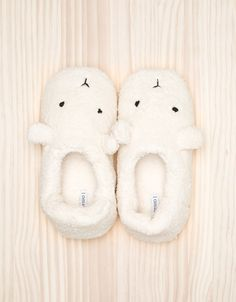 These aren't bunny slippers, they look like polar bear slippers. Bunny Slippers, Cute Slippers, Felted Slippers, Crochet Slippers, Cute Shoes, Me Too Shoes, Kawaii Shoes, Miss Moss, Bedroom Slippers