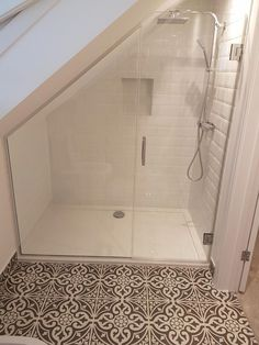 Idéal pour les combles de B und Wohnen Attic Shower, Small Attic Bathroom, Loft Bathroom, Bathroom Plumbing, Loft Ensuite, Bathroom Green, Shower Rooms, Bathroom Plans, Bathroom Modern
