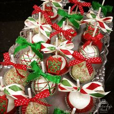 Christmas Cake Pops by Beverly's Best Bakery Christmas Cake Pops, Christmas Deserts, Christmas Cup, Holiday Desserts, Christmas Candy, Christmas Baking, Christmas Cookies, Holiday Recipes, Christmas Ideas
