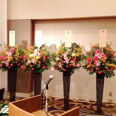 ホテル内での祝賀会に スタンド花色合い・花が統一されています