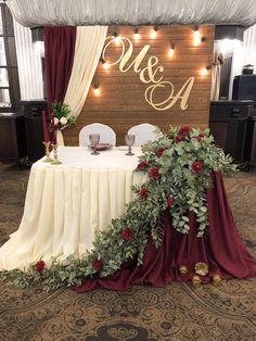 Diy Wedding Backdrop, Wedding Stage Decorations, Wedding Table Centerpieces, Wedding Themes, Wedding Ideas, Pallet Wedding, Rustic Wedding, Bride Groom Table, Bridal Table