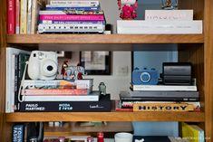12-decoracao-sala-de-estar-estante-divisoria-brises-madeira