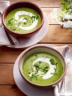 Cremige Suppe aus Kartoffeln und Erbsen mit Bärlauch