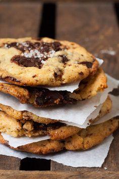 Werbung Ich liebe Cookies. Es gibt da nur ein klitzekleines Problem. Das Warten auf den Teig macht mich fertig. Während der Teig im Kühlschrank schlummert, kille ich nämlich mit Vorliebe a) eine Tafel Schokolade oder b) die Packung Kekse, die schon ewig in der Speisekammer rumfliegt. Rettung in der Cookie-Not? Gigantische Chocolate Chip Cookies mit...Read More »