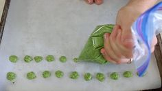 Green homemade baby puffs with apple and kale: gluten free dairy free refined sugar free. Fruit Juice Recipes, Fruit Snacks, Baby Food Recipes, Homemade Baby Puffs, Homemade Baby Snacks, Healthy Breakfast Snacks, Yogurt Melts, Making Baby Food, Baby Fruit