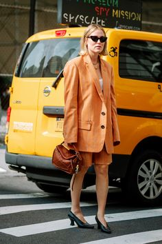 The Fashion Crowd Is Still Into Puffy Statement Sleeves on Day 4 of New York Fashion Week - Fashionista New York Fashion Week Street Style, Ny Fashion Week, Spring Street Style, New York Street, Cool Street Fashion, Street Style Looks, Fashion News, Spring Fashion, Style Fashion