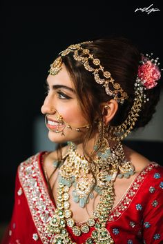 Makeup plays the most crucial role for a bride on her wedding day. It is all about the right game of colours and glitters. We have curated some wedding makeup looks for you to make your hunt easier. Bridal Jewellery Inspiration, Indian Bridal Jewelry Sets, Indian Bridal Outfits, Indian Bridal Makeup, Indian Jewelry, Wedding Outfits, Royal Jewelry, Ethnic Jewelry, Wedding Attire