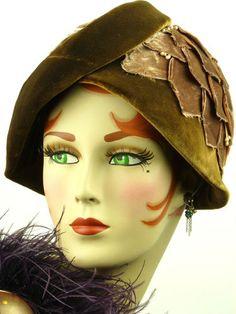 VINTAGE HAT 1930s BROWN VELVET CLOCHE HAT w BEAUTIFUL PETAL DETAILING, STUNNING!
